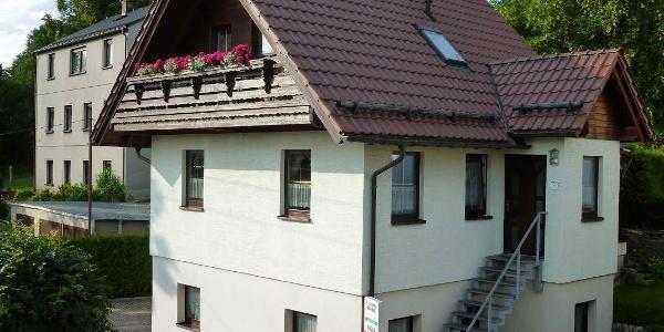 Außenansicht Ferienhaus am Südhang
