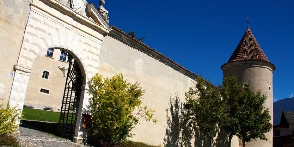 Kultur und Äpfel, die Radrunde führt direkt an Schloss Goldrain vorbei