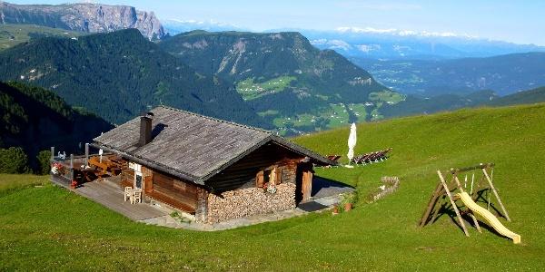 Die Curona Hütte verwöhnt ihre Gäste mit tollen Aussichten und allerlei Köstlichkeiten.