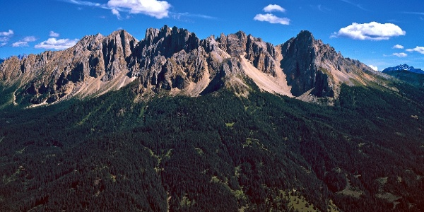 Die zackigen Gipfel des Latemars vor Augen auf der Liegalm oberhalb von Obereggen.