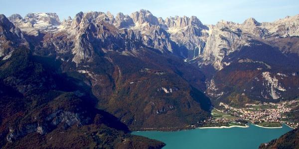 E-Bike-Tour auf derHochebene der Paganella. Dieses Hochplateau befindet sichzwischen dem gleichnamigen Berg hoch über dem Etschtal und den spektakulären Brenta-Dolomiten.
