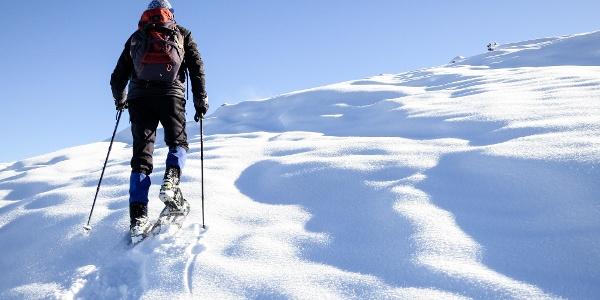 Am breiten Rücken der Padauner Mähder, kupiert in gleichmäßiger Steigung bis zum Gipfelkreuz.