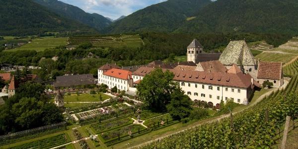 Vorbei am Kloster Neustift führt die Tour zum Vahrner See oberhalb von Brixen.