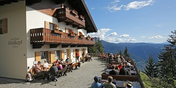 Take a rest on the sunny terrace of the Mutkopf mountain hut.