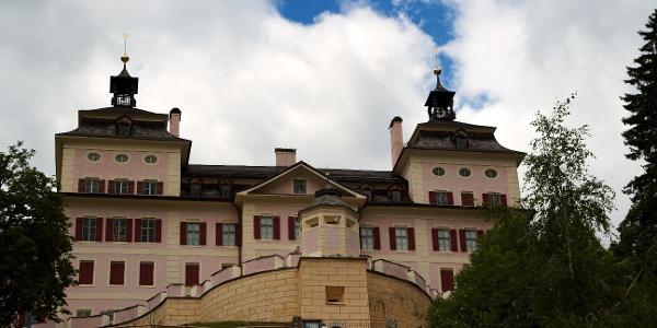 Der Rundweg von Mareit nach Gasteig startet unterhalb des prächtigen Schlosses Wolfsthurn.