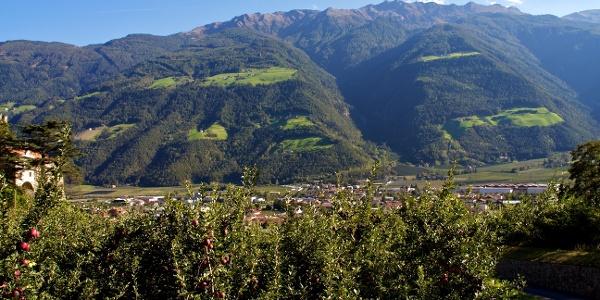 Die Marzoner Alm Tour startet im Zentrum von Naturns.