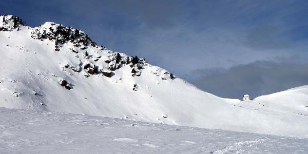 Der Villanderer Berg und das darunter liegende Totenkirchlein.