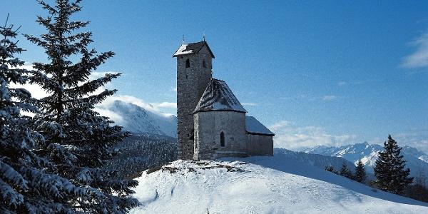 Auf dem Weg zum Rauhen Bühel kommt der Wanderer am Vigiljoch-Kirchlein vorbei.