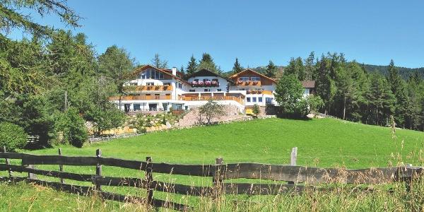 Die Höfewanderung Oberinn startet beim Hotel Tann.