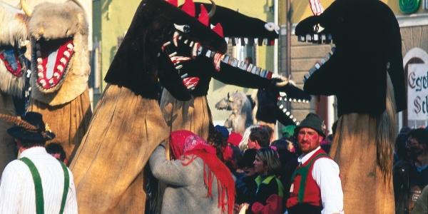 Im Februar beim Egetmonn-Umzug in Tramin wird die Dorfrunde zu einem besonderen Erlebnis.