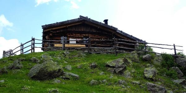Die Äußere Pilsbergalm unterhalb der Soyscharte auf der Ultner Talseite.