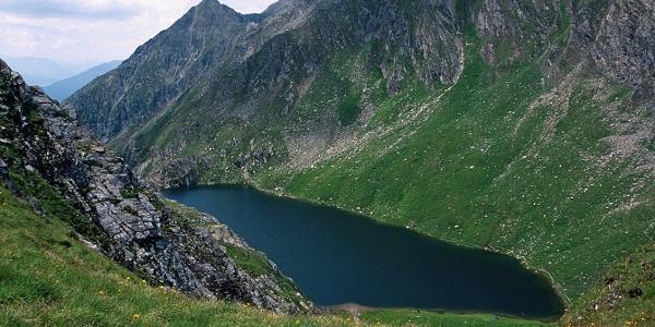 Der Große Seefeldsee liegt eingebettet in den Pfunderer Bergen des Pustertales.
