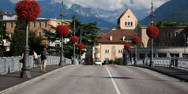Die Talferbrücke mit Blick Richtung Dolomiten
