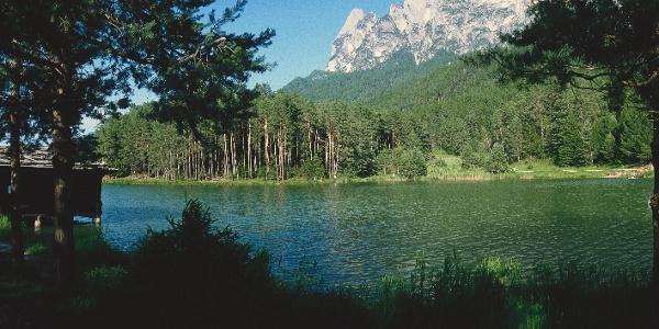 Der Huber Weiher. Dieser ruhige Waldsee liegt nur wenige Minuten oberhalb des Völser Weihers.