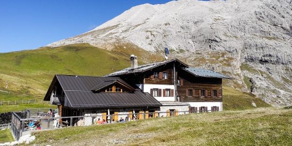 LangkofelumrundungDie bereits 1935 errichtete Plattkofelhütte ist heute ein beliebter Ausgangspunkt für zahlreiche Wanderungen.