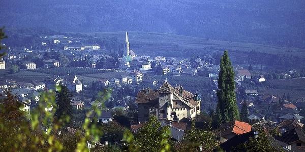 Das Dorf Kaltern vom Höhenweg aus