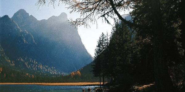Ursprünglich und zerklüftet, Herbststimmung am Toblacher See