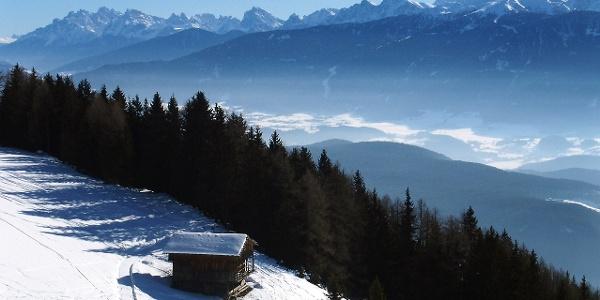 Ausblick auf das Pustertal. Im Hintergrund grüßt ein Teil der Dolomiten.