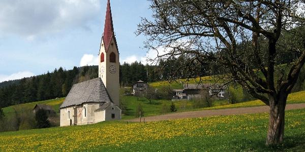 Die Kirche von Nasen (Gemeinde Percha).