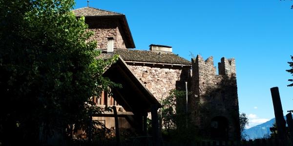 Nur 15 Gehminuten vom Dorf entfernt steht die kleine Burg Andrian-Wolfsthurn aus dem 13 Jhd.