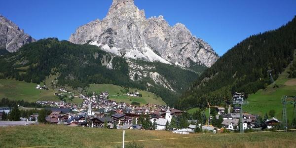 Laufen in großartiger Dolomitenlandschaft bei Corvara.