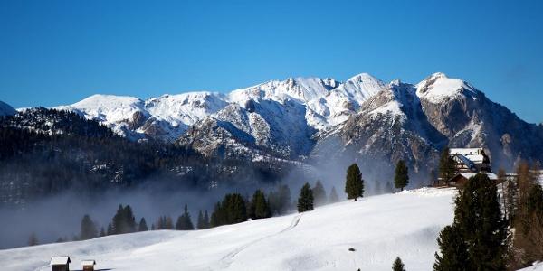Auf der schneereichen Plätzwiese mit umwerfenden Blick auf einige berühmte Gipfel der Dolomiten.