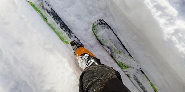 Aufstiegsspur durch den frischen Neuschnee bei der Oberen Weissbrunnalm.