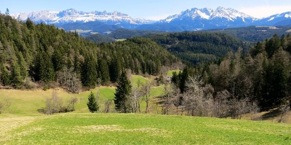 Auf dem E5 von Kohlern nach Deutschnofen mit Ausblick auf das Rosengarten- und Latemargebirge.