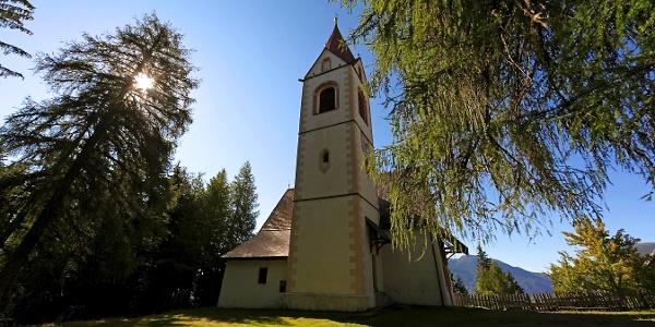 Das bekannte Höhenheiligtum St. Helena oberhalb von St. Pankraz.