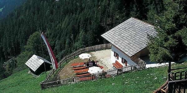 In einer steilen Hangwiese gelegen, lädt die Schwörzalm in Antholz zum entspannen ein.