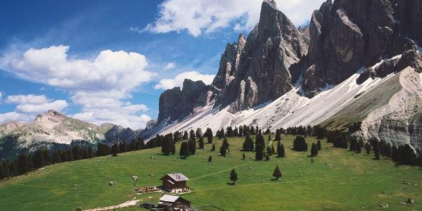 Traumhaft liegt die Gschnagenhardt-Alm unter den Felsformationen von Villnöss