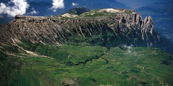 Die weitläufigen Hochflächen der Seiser Alm mit dem Schlern im Hintergrund