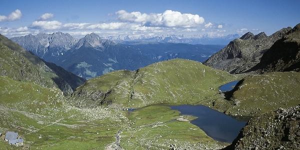 Der oberste Spronser Almboden mit den untersten Seen und der Oberkaser; im Hintergrund Ifinger und Dolomiten
