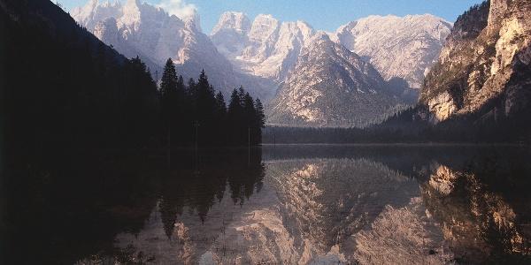 The lago di Dobbiacco lake, starting point for the racing bikes.