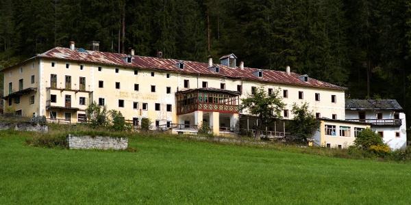 Schmähliches Ende nach über 400jähriger Geschichte, Bad Altprags verfällt.