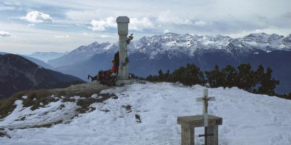 Noch im Spätherbst lohnt sich ein Anstieg auf den aussichtsreichen Gipfel des Corno di Tres