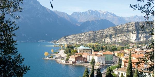 Die Bucht von Torbole, der Felsriegel des Monte Brione und darüber Corno di Pichea und Tofino