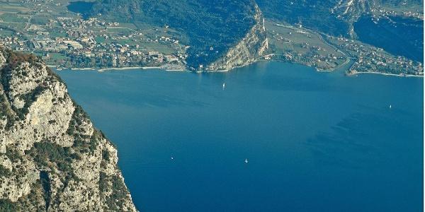 Vom Gipfel des Nodice genießt man einen packenden Tiefblick auf die oberste Seebucht und Riva