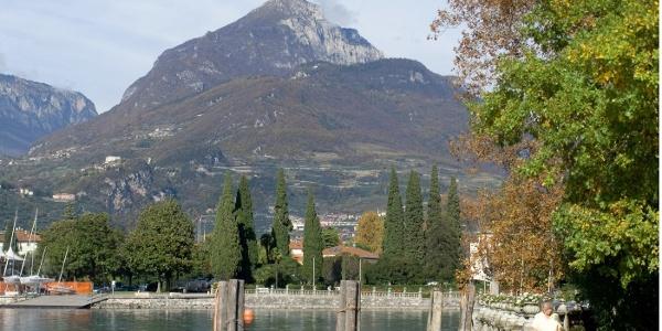 Über dem Hinterland von Riva erhebt sich der Monte Misone