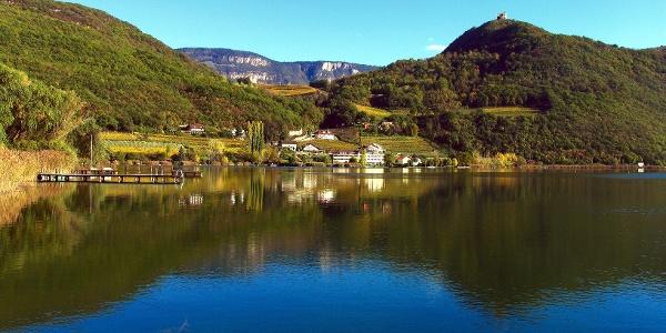 Der Kalterer See mit der Leuchtenburg im Hintergrund.