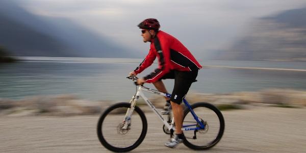 Auf dem Radweg dem Seeufer entlang, erreicht man Riva del Garda, den Ausgangspunkt der gesamten 4-Etappen-Tour.