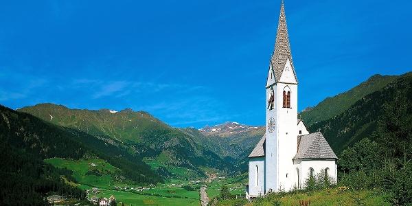 Die malerisch gelegene St. Magdalenakirche bei Gasse in Ridnaun.