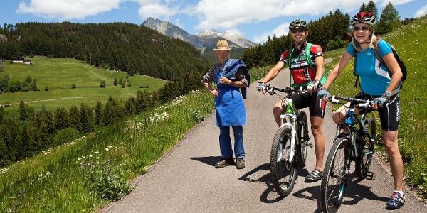 Mit dem Mountainbike auf dem Höfeweg oberhalb von Schenna zum Zmailerhof.