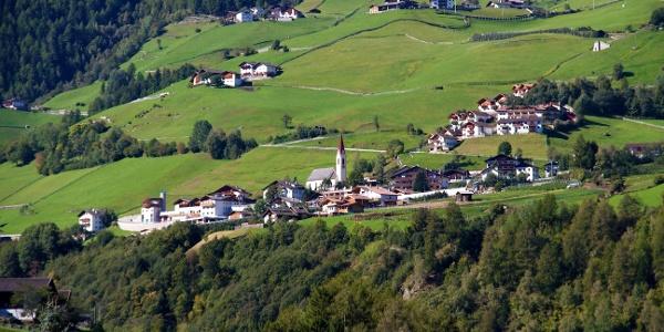 Martell Dorf über dem Tal. Die Familienwanderung führt an vielen Höfen vorbei.