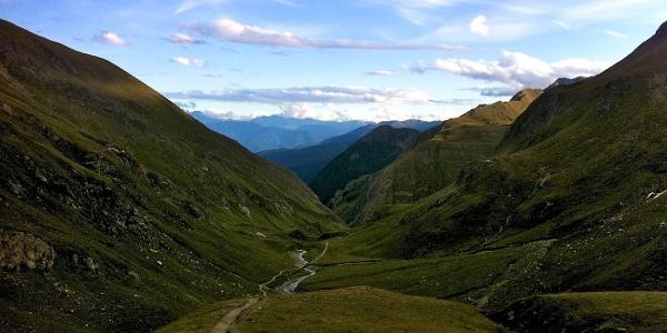 Bei der 3. Etappe des Europa Höhenweges 2 führt der Wegverlauf zunächst hinaus ins Valser Tal.