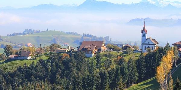 Das Dorf Menzberg über dem Nebelmeer
