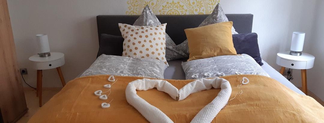 Liebevoll dekoriertes Schlafzimmer