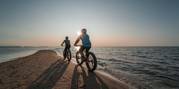 Pyöräilijät rannalla