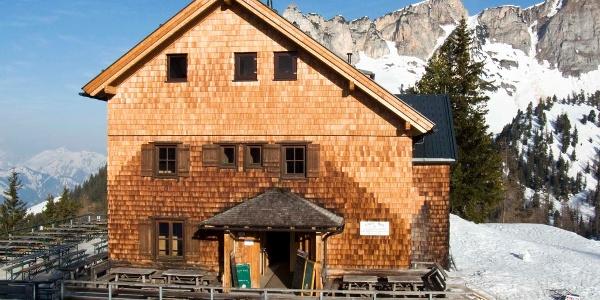 Die Erfurter Hütte steht direkt bei der Bergstation der Rofanbahn.