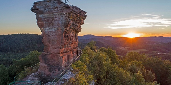 Sonnenuntergang mit Blick auf den Drachenfels und das Dahner Felsenland